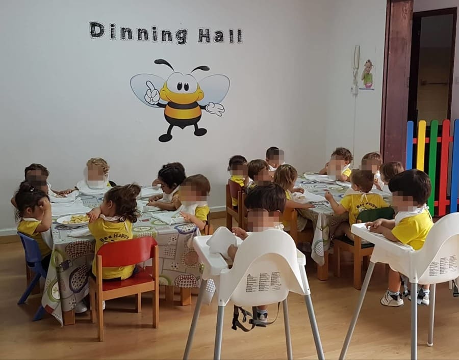 Bee Happy Bilingual Centre niños comiendo